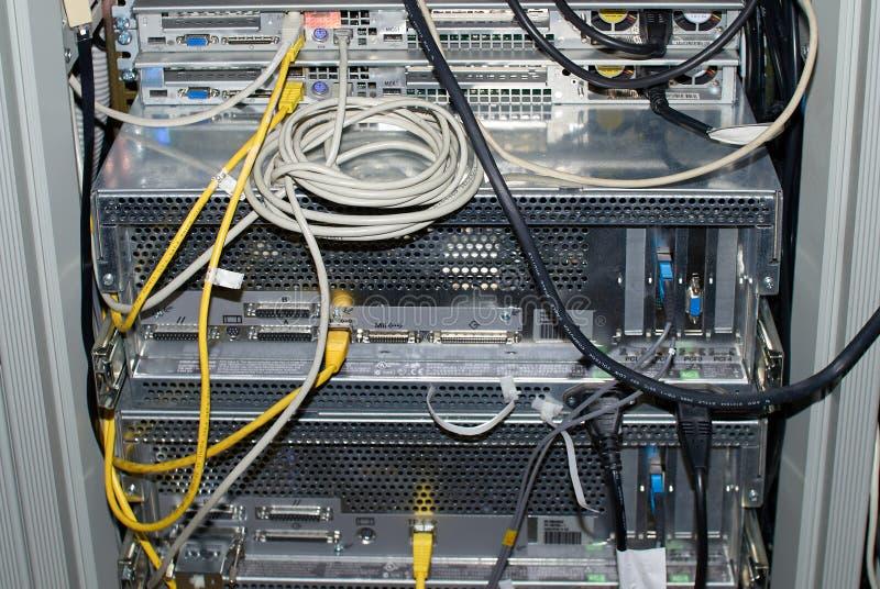 Närbild av kugge monterade serveror i ett serverrum royaltyfri foto