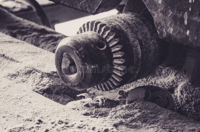 Närbild av kugghjul av en gammal träklippmaskin royaltyfri fotografi