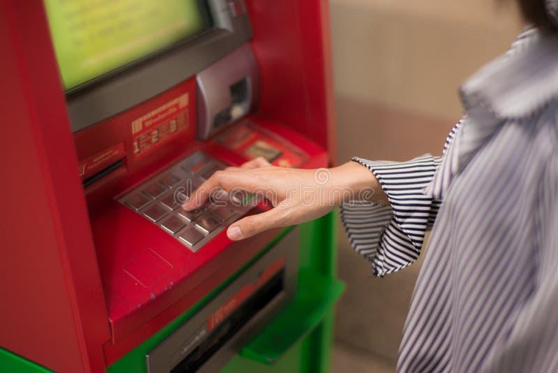 Närbild av kvinnahanden som skriver in PIN-/passkod på ATM-/bankmaskintangentbord royaltyfria foton
