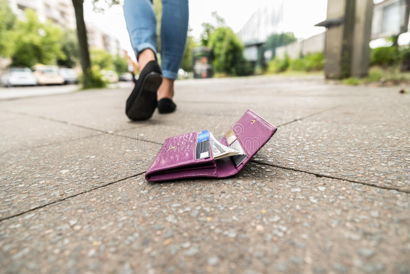 Närbild av kvinnan som förlorar hans plånbok arkivbild