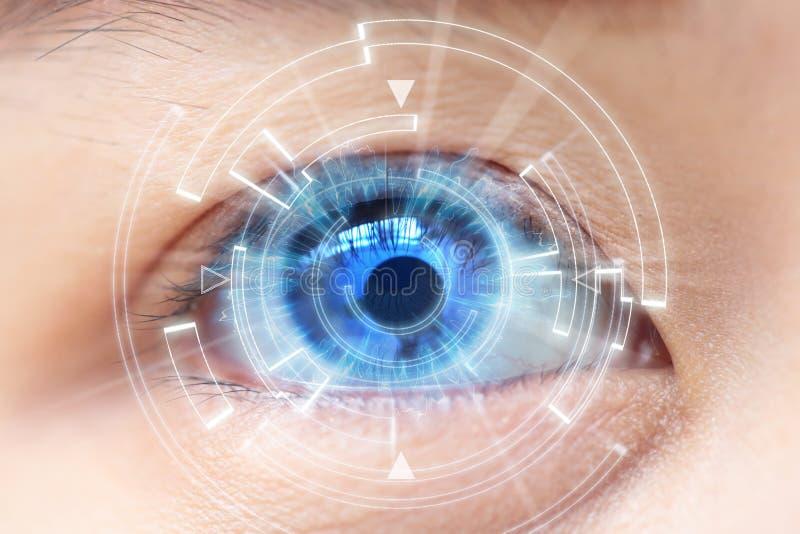 Närbild av kvinnas blåa öga Höga teknologier i det futuristiskt : kontaktlins arkivfoton