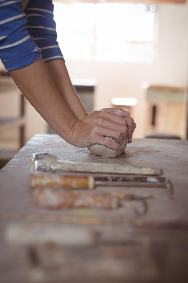 Närbild av kvinnlig keramikerstöpningslera fotografering för bildbyråer
