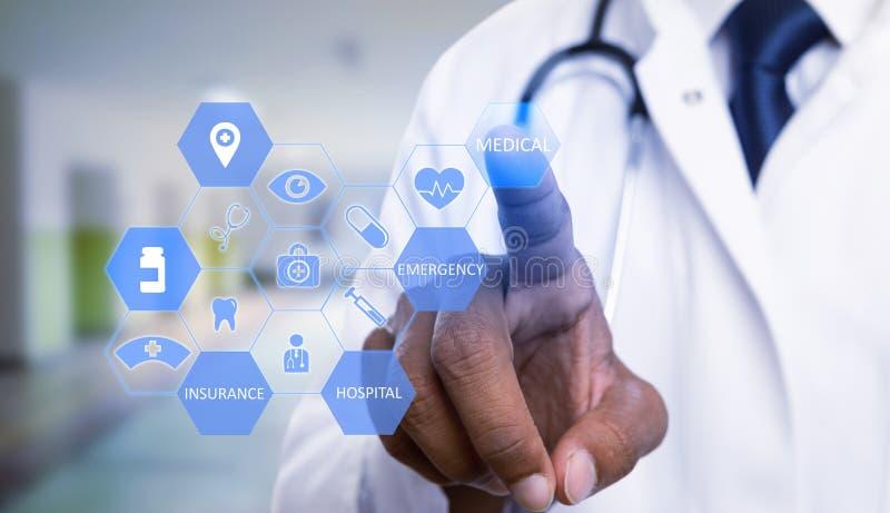 Närbild av läkaren som väljer den medicinska textknappen royaltyfria bilder