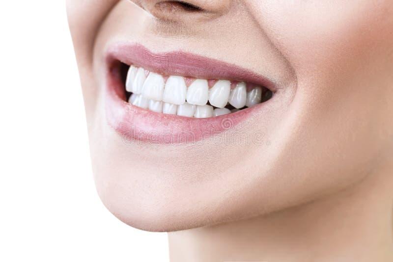 Närbild av leendet med vita sunda tänder royaltyfri fotografi