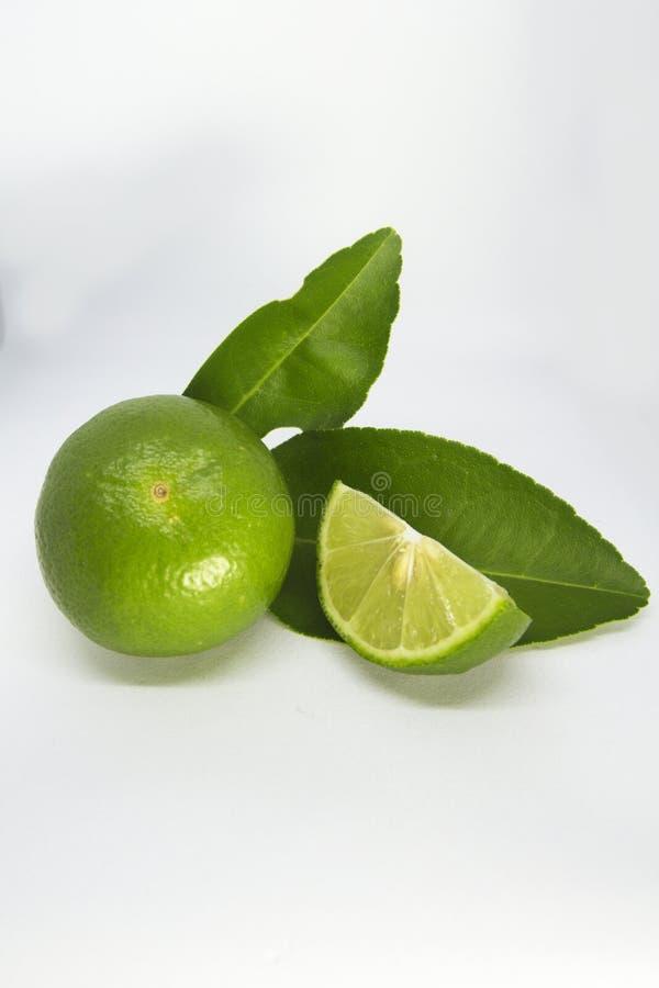 Närbild av limefrukter på vit bakgrund arkivbilder