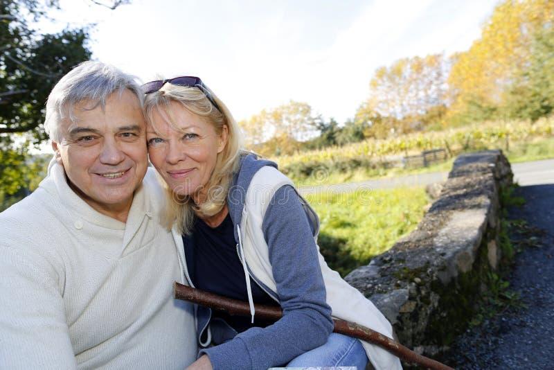 Närbild av lyckliga höga par utomhus royaltyfri bild