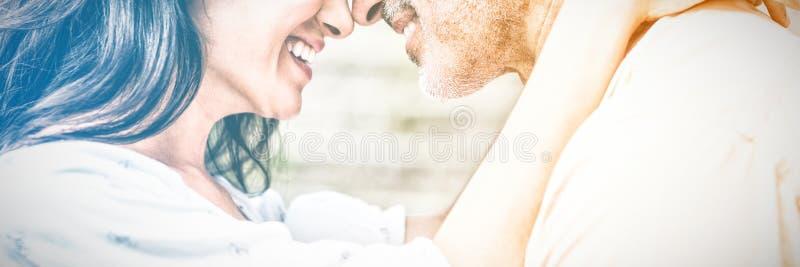 Närbild av lyckligt omfamna för par arkivbild