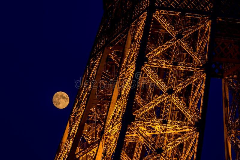 Närbild av månen och Eiffeltornbelysningen på natten - Paris, Frankrike royaltyfri foto