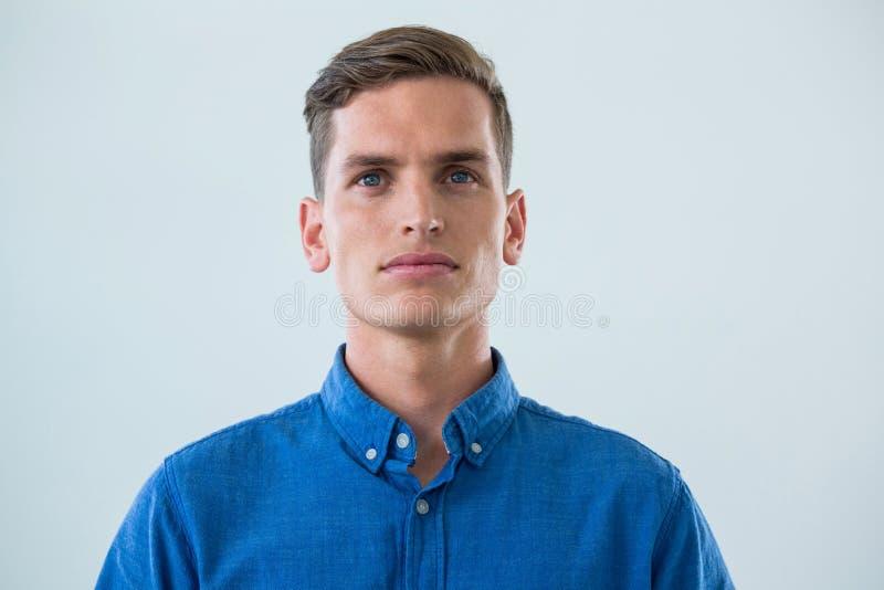 Närbild av mannen i blå skjorta royaltyfria bilder