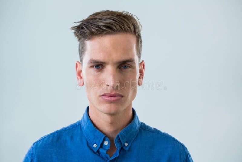 Närbild av mannen i blå skjorta arkivbild