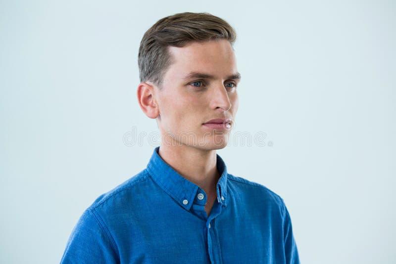 Närbild av mannen i blå skjorta fotografering för bildbyråer