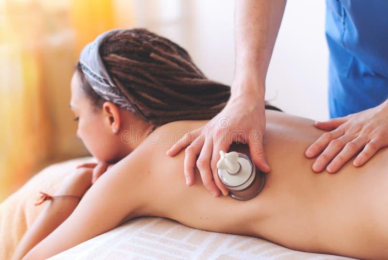 Närbild av massörhänder som tillbaka gör massage royaltyfria bilder