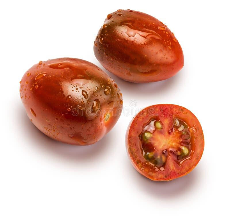 Närbild av mini- kumakos för körsbärsröda tomater som klipps i halvt och helt Med droppar av vatten royaltyfria bilder