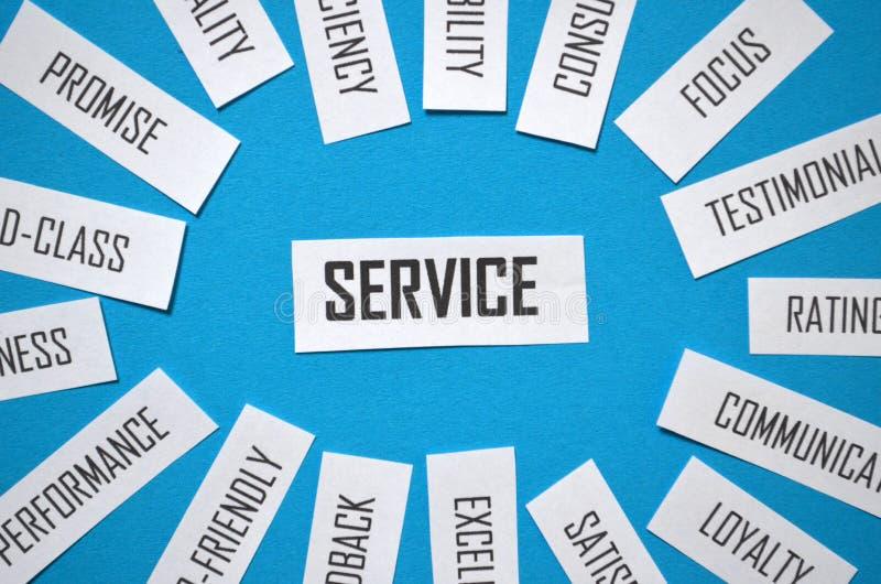 Närbild av molnet för SERVICEpappersetikett på blå bakgrund royaltyfria bilder