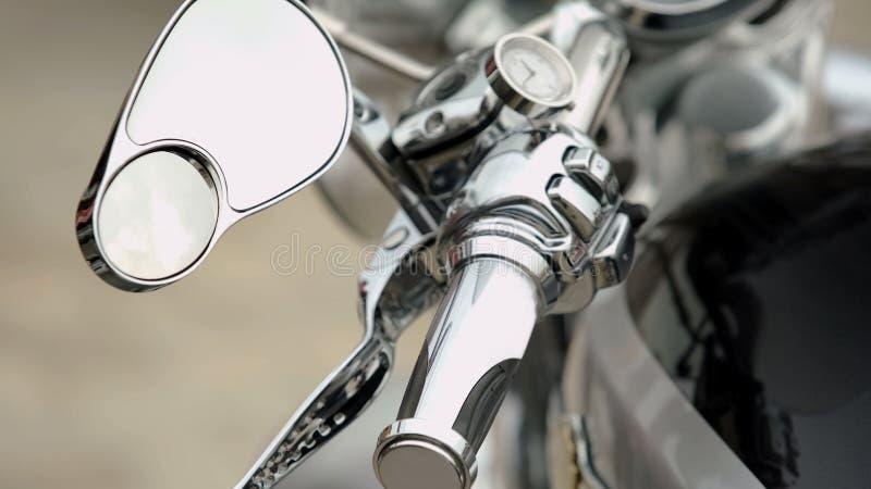 Närbild av motorcykelkontrollbordet med hastighetsmätaren och handtag, instrumentbräda royaltyfria bilder
