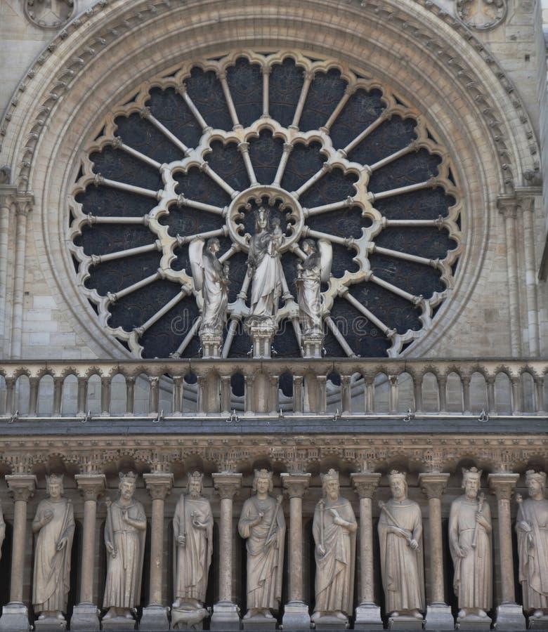 N?rbild av Notre Dame med ett f?nster arkivbild