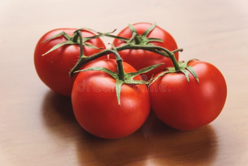 Närbild av nya mogna tomater på wood bakgrund arkivfoto