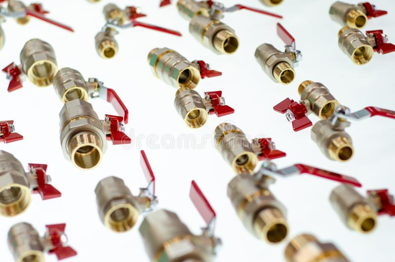 N?rbild av olika bollventiler och metalladapter f?r r?r royaltyfria foton