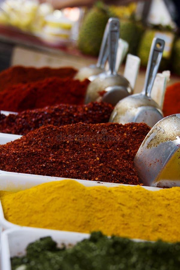 Närbild av olika typer av blandade kryddor arkivfoton