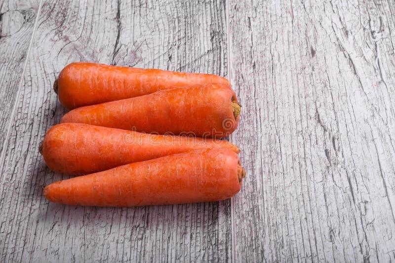 Närbild av orange morötter, grönsaker mycket av carotene för hälsa, hälsosamma smoothies på en ljus träbakgrund royaltyfri fotografi