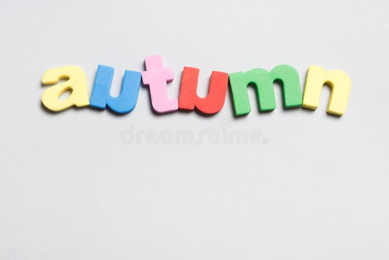 Närbild av ordhösten från färgrika bokstäver som isoleras på vit bakgrund royaltyfri fotografi