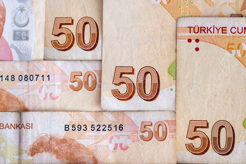Närbild av ordnade turkiska sedlar, 50 lira räkningar arkivfoton