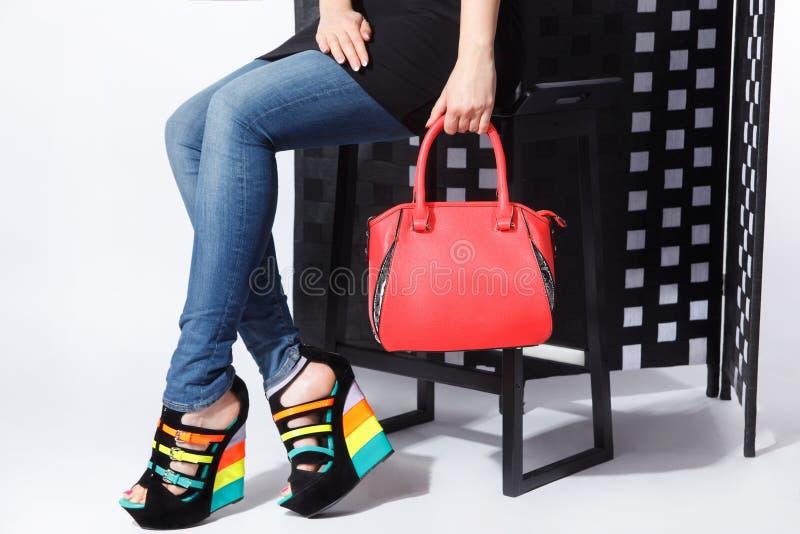 Närbild av påsen och skor för trendig kvinna arkivfoto