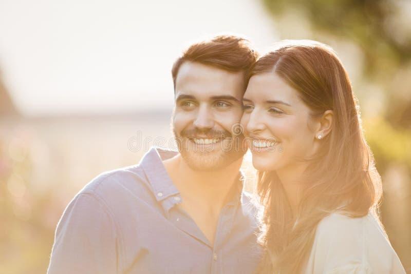 Närbild av par som bort ser fotografering för bildbyråer