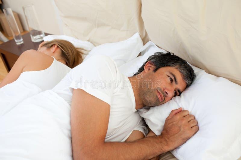 Närbild av par som har after ett argument fotografering för bildbyråer