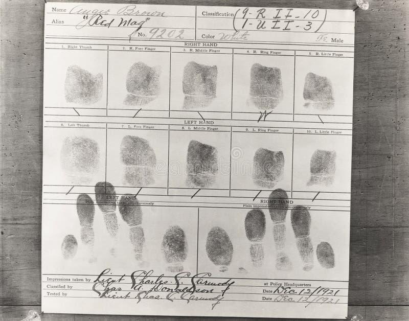 Närbild av persons fingeravtryck som tas på polishögkvarter arkivbilder
