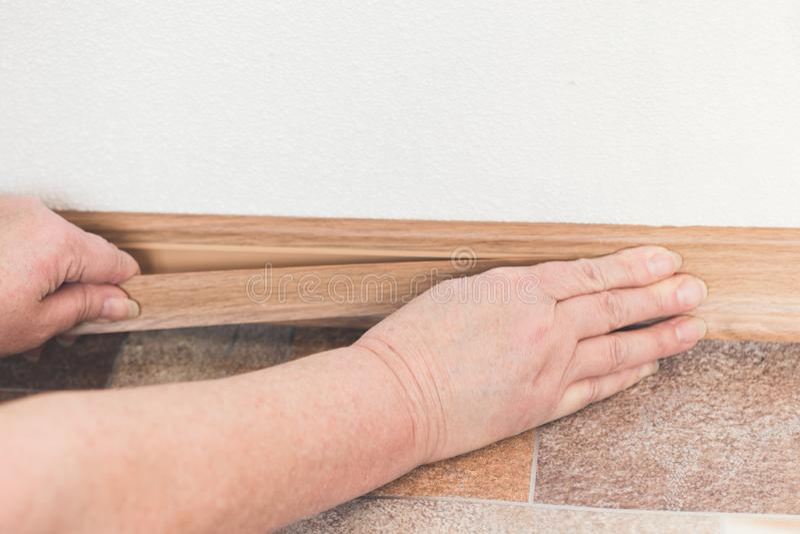 Närbild av processen av installation ett möblemang med elektrisk skruvmejsel royaltyfria foton