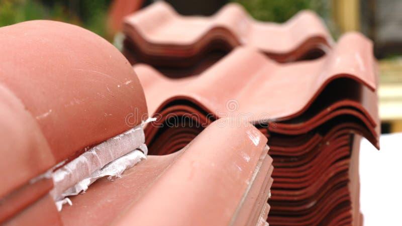 Närbild av rött stål som taklägger att ligga för panelhögar som är utvändigt och förbereds för hus takkonstruktion gem Material o royaltyfri fotografi