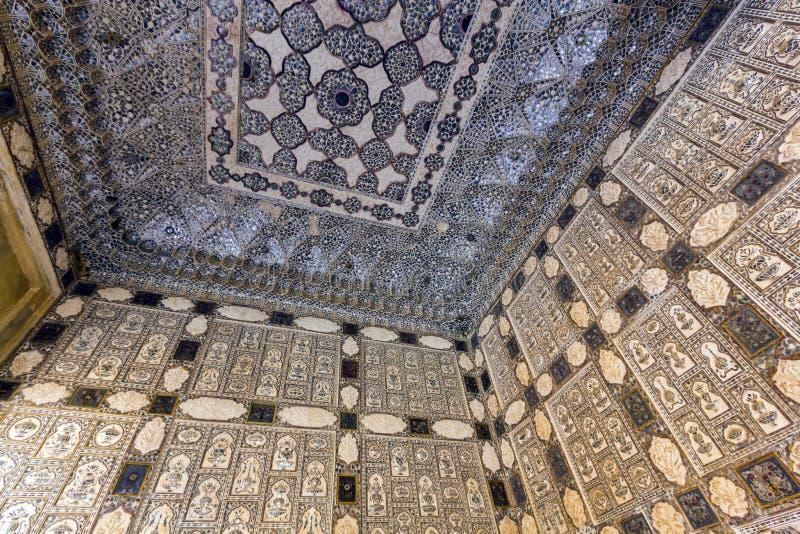 Närbild av rikt dekorerade väggar i bärnstensfärgat fort i Jaipur arkivbilder