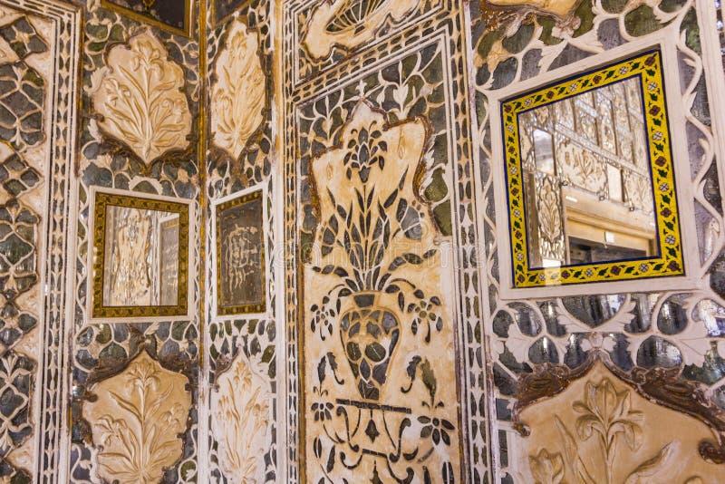 Närbild av rikt dekorerade väggar i bärnstensfärgat fort i Jaipur arkivfoto