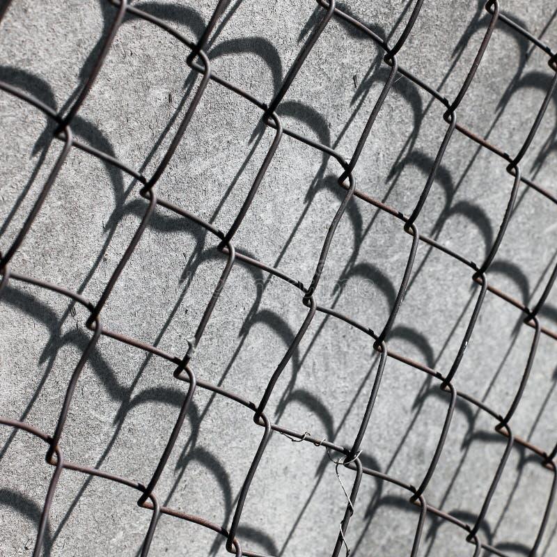 Närbild av Rusty Barbed Wire raster royaltyfria bilder