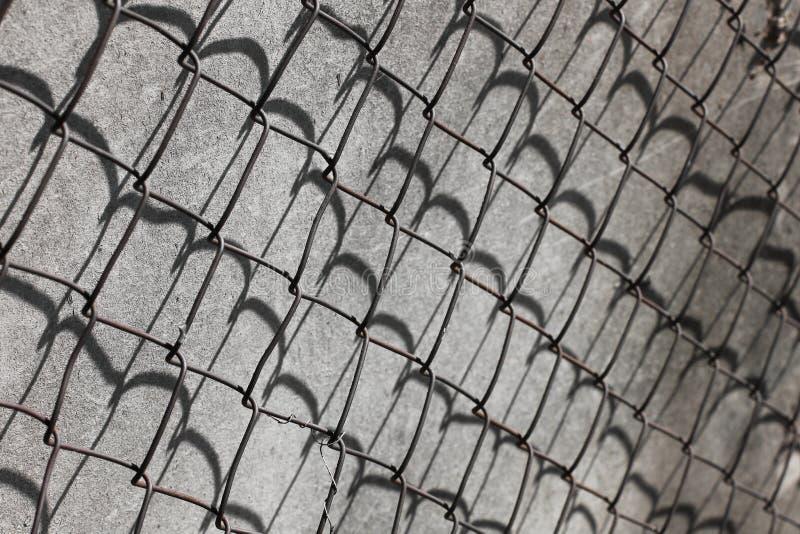 Närbild av Rusty Barbed Wire raster arkivbild