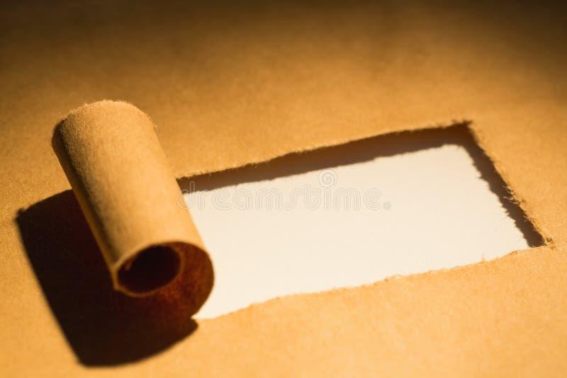 Närbild av sönderrivet brunt papper royaltyfria bilder