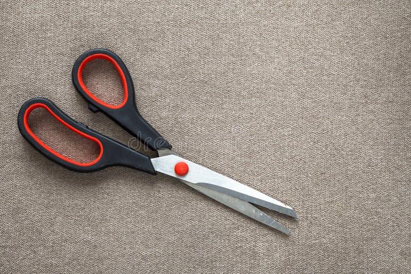 Närbild av sax för korsstålmetall på ljus bakgrund för torkdukekopieringsutrymme Hjälpmedel för hushållutrustning, kontors- eller arkivbilder