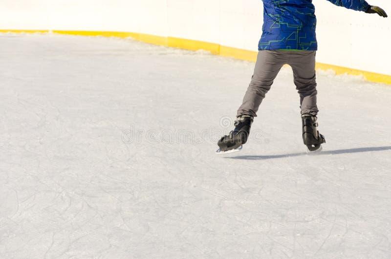 Närbild av skridskoåkningskor i en isbana royaltyfri bild