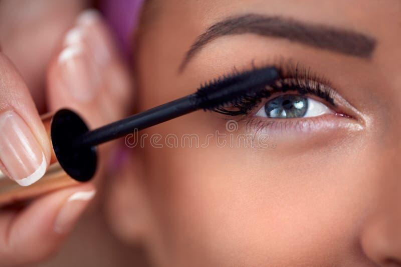 Närbild av sminkögat med mascara fotografering för bildbyråer