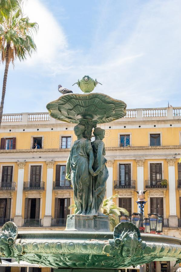 Närbild av springbrunnen på fyrkanten för placaReial den kungliga Plaza i Barri Gotic av Barcelona fotografering för bildbyråer