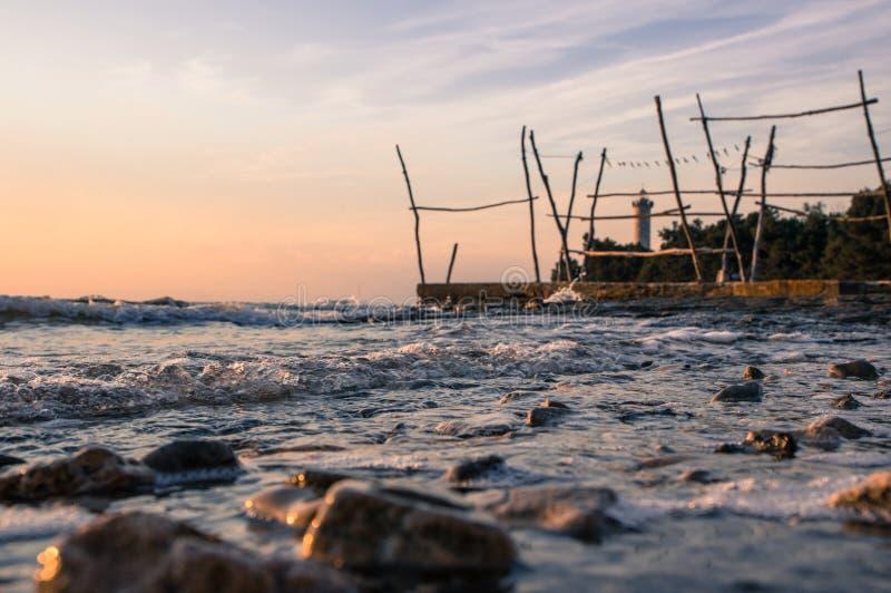 Närbild av stenar under härlig solnedgång över Adriatiskt havet i Kroatien royaltyfri fotografi