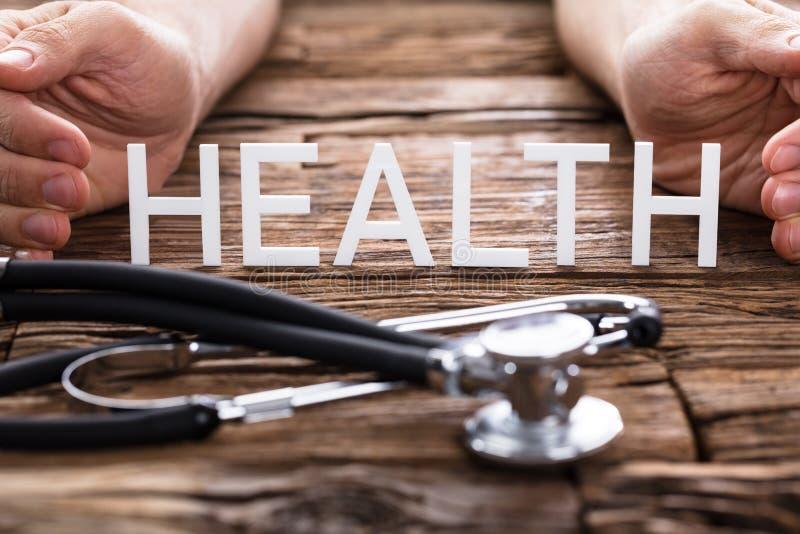 Närbild av stetoskopet i Front Of Health Text arkivfoton