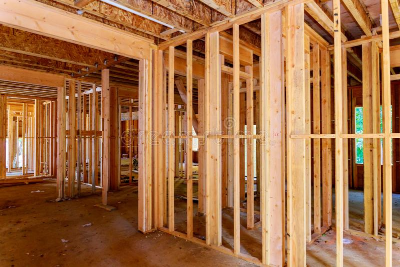 Närbild av strålen som hem byggs under konstruktion med den träbråckband-, stolpe- och strålramen Timmerramhus, fastighet royaltyfri foto