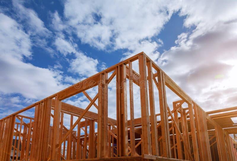 Närbild av strålen som hem byggs under konstruktion och blå himmel med den träbråckband-, stolpe- och strålramen Timmerramhus som royaltyfria bilder