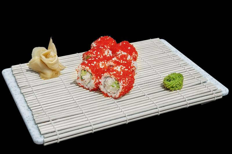 Närbild av sushi och rullar i restaurangköket kokkonst traditionella stekte japanska r?kor Kalifornien sushirullar på att dra til arkivbild