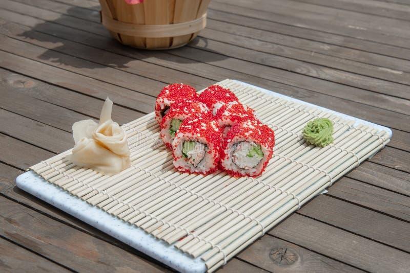 Närbild av sushi och rullar i restaurangköket kokkonst traditionella stekte japanska r?kor Kalifornien sushirullar på bambu som d arkivbild