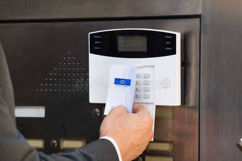 Närbild av systemet för BusinesspersonHolding Keycard For säkerhet royaltyfri foto
