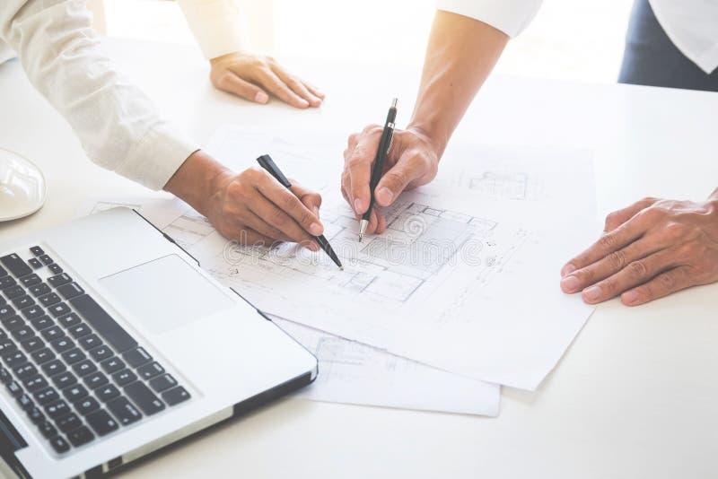 Närbild av teknikern Hand Drawing Plan för person` s på wi för blått tryck royaltyfria foton