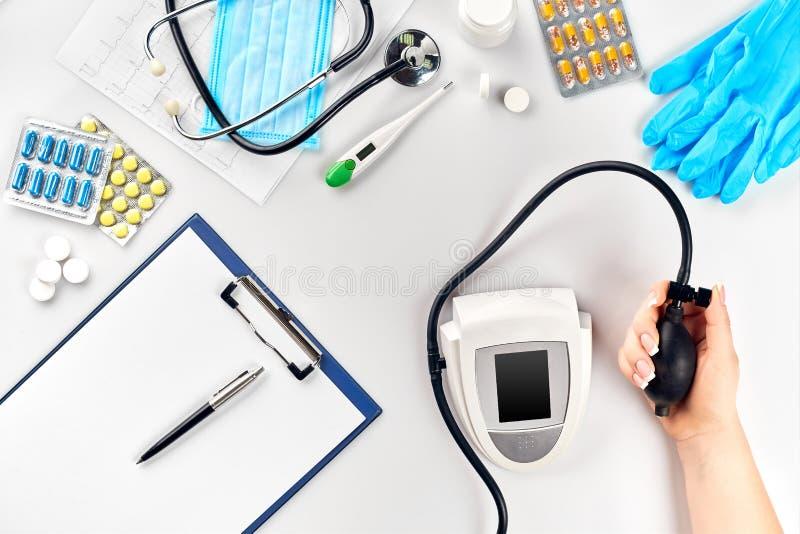 Närbild av tonometeren vid patientarmen under blodtryck som mäter på medicinsk konsultation arkivbild